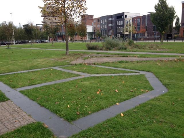 Nabij deze plek ligt het monument ter herinnering van de vuurwerkramp ''Het verdwenen huis tussen hemel en aarde' van de Amsterdamse kunstenares Balta Laat door Marleen Veninga (Veldwerk Vuurwerkramp in Enschede)