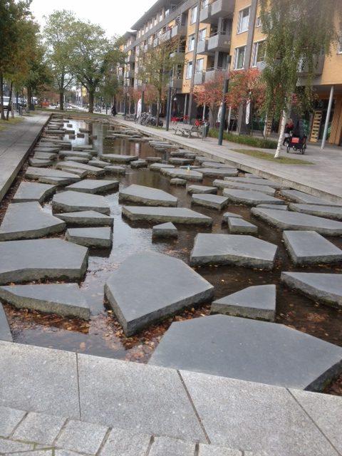 Dit heet 'Stepping Stones' en volgens het VVV boekje kunnen kinderen in de zomer gebruik maken van deze waterpartij. door Marleen Veninga (Veldwerk Vuurwerkramp in Enschede)