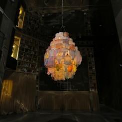 "Pipilotti Rist, ""Cape Cod Chandelier"", video installation, 2013 (Courtesy the artist, Hauser & Wirth and Luhring Augustine New York).皮皮洛蒂•瑞斯特,《鳕鱼角水晶灯》,视频装置,2013(所有作品版权归属艺术家,Hauser & Wirth画廊及纽约Luhring Augustine画廊)。"