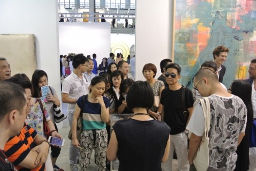 Crowds flood into Pearl Lam Gallery booth 艺术门画廊展位人头攒动