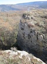 Cairn sur un rocher en avant de la falaise