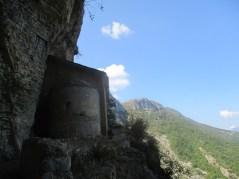 La chapelle sous son auvent de roche