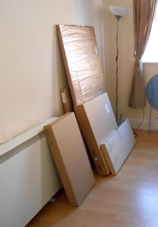 IKEA Möbel vor dem Aufbau (Bild: Benjamin Blessing)