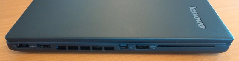 Linke Seite Anschluss für das Netzteil, 2x USB 3.0 sowie Displayport (Bild: Copyright Benjamin Blessing).