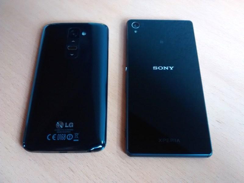 Rückseite des Sony Xperia Z3 & LG G2 (Bild: Copyright Benjamin Blessing).