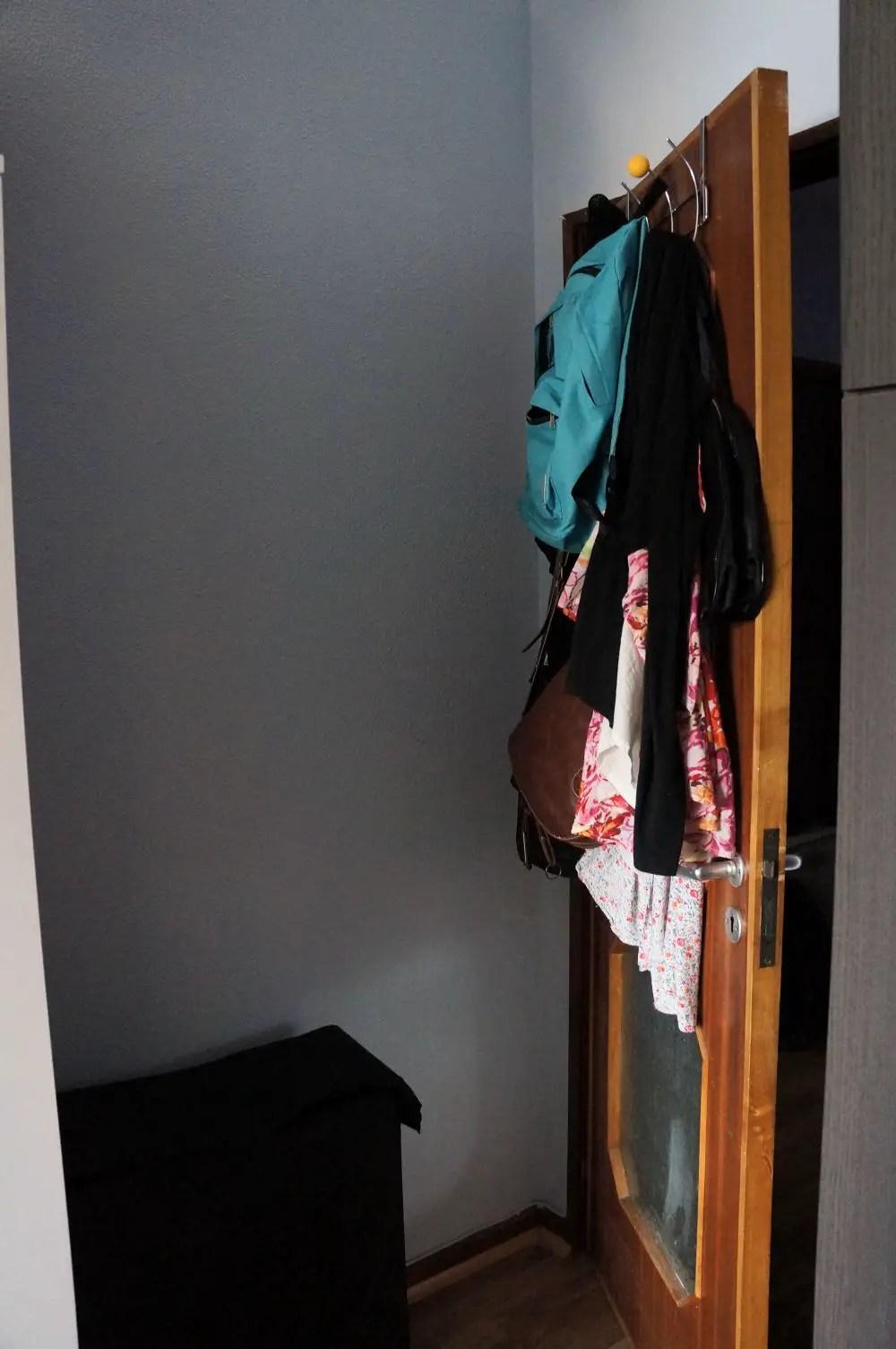 Cabide da porta e cesto da roupa suja