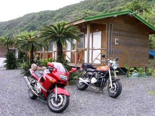 奄美大島、渡連キャンプ場コテージにて