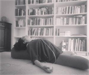 Brustkorböffnende Postion auf einem sogenannten Yogapolster, der den Oberkörper unterstützt