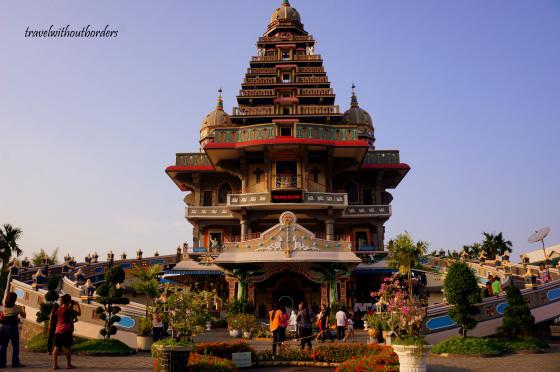 Gereja Annai Velangkani yang mirip kuil (sumber: www.travelwithoutborders.wordpress.com}