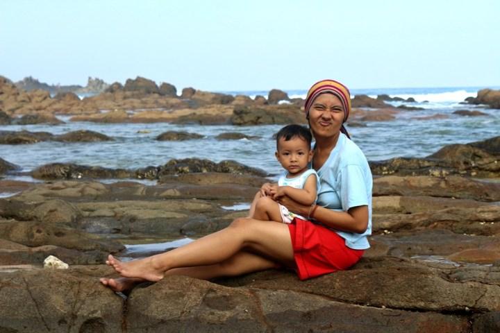 pantai wediombo ibu dan bayi