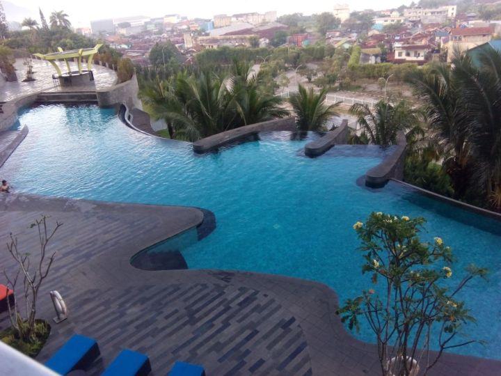 Kolam renang Novotel Lampung (sumber: http://goiq.blogspot.co.id/)