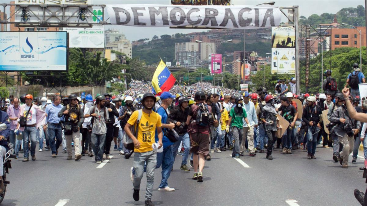 Demonstrators heading towards the Supreme Court to protest the actions of President Nicolas Maduro (Photo by <a href=