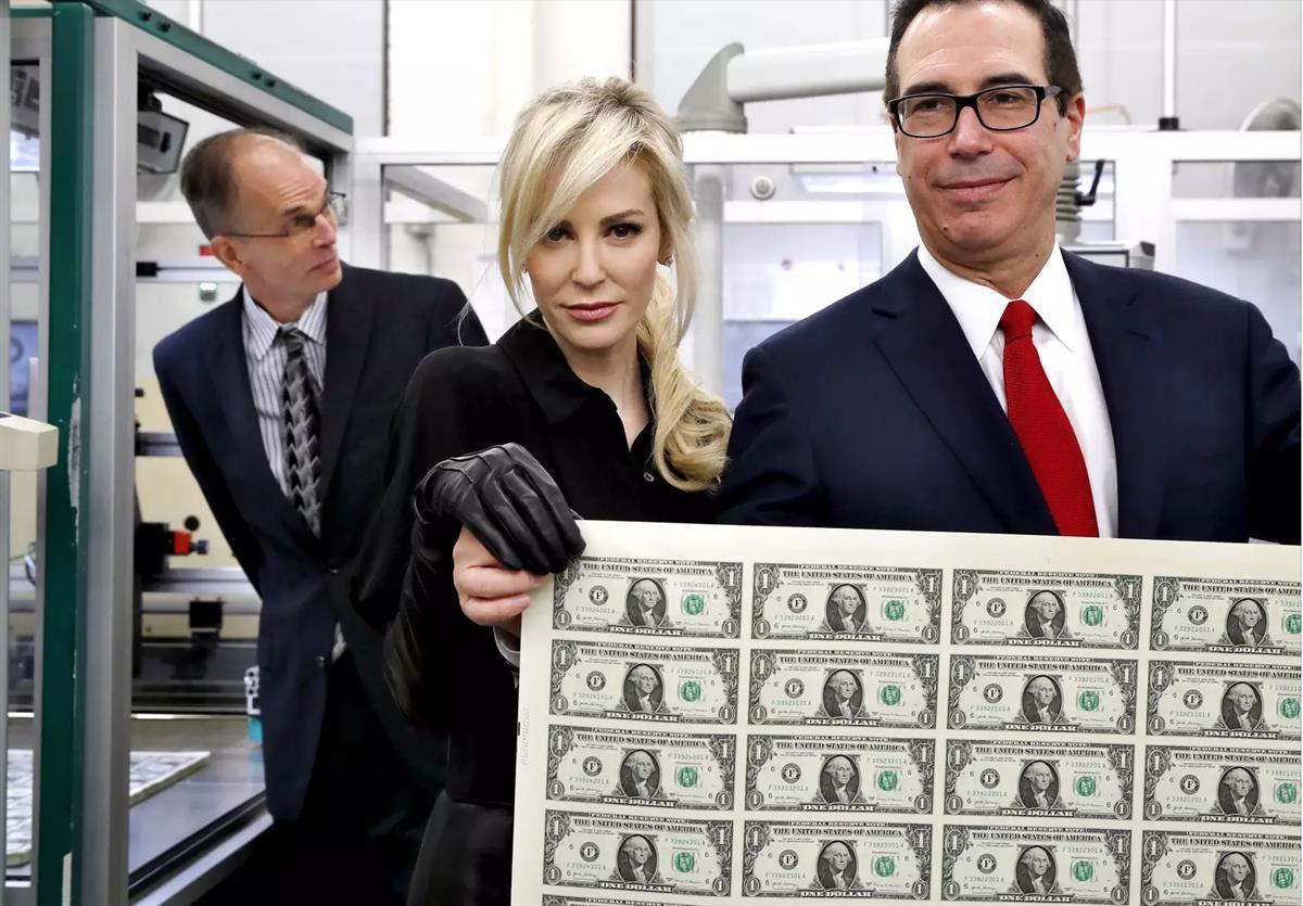 Mnuchin and wife dropped into the US Mint in 2018 (AP)