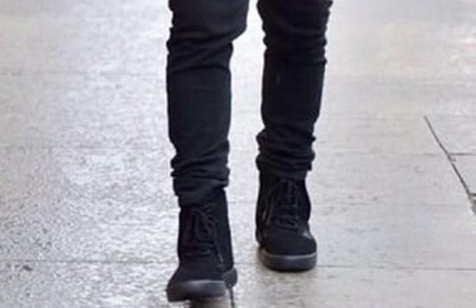 kanye-west-wearing-strapless-adidas-yeezy-boost-750-black-02_nzmwc7