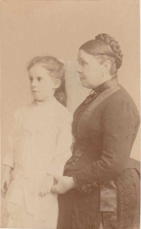 Alinette Agard (Mme Paul Joly) et sa grand mère Olympe Chancel (Mme Marius Chancel) - Juin 1887 - Collection Marie-Nicole Sauton