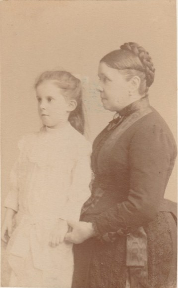 Alinette Agard (Mme Paul Joly) et sa grand mère Olympe Chancel (Mme Marius Chancel) - Juin 1887 - Collection Marie-Nicole Sauton
