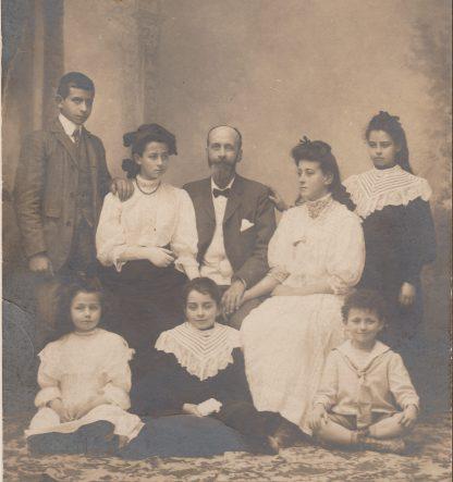 Derrière : Maurice, Genevève, Pierre, Angèle, Germaine. Devant : Marinette, Marcelle et Louis Abeille - San Fedele vers 1910 Collection Mireille Caire