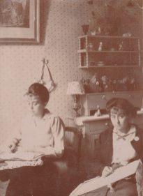 Les deux moyennes, Germaine et Marcelle Abeille Collection Mireille Caire