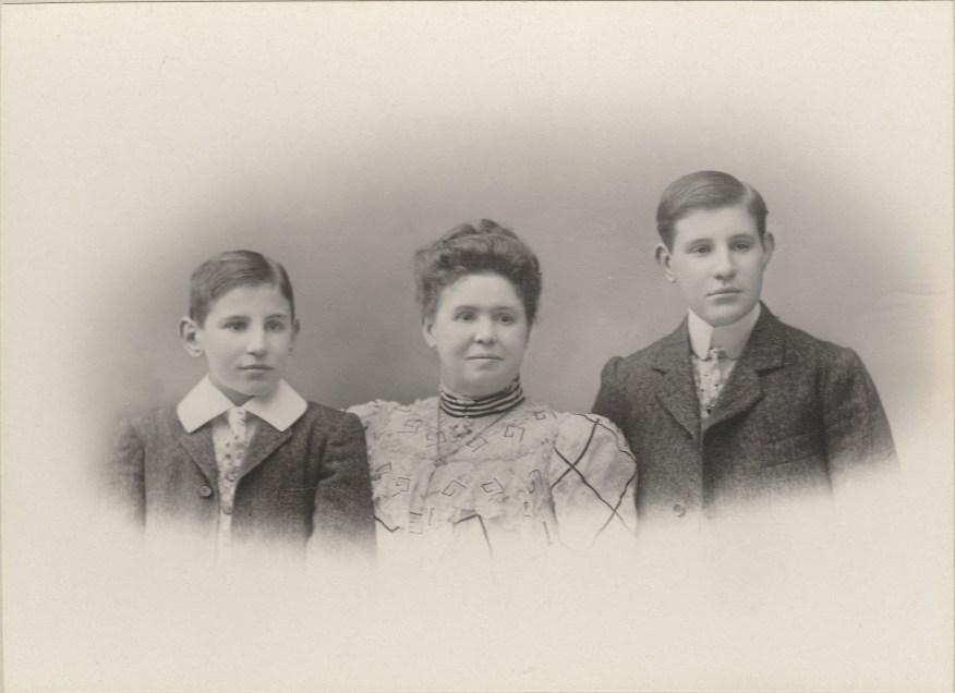 Louise Blanchard (Mme Raphaël Blanchard) et ses deux fils Henri et Camille - Collection Marie-Nicole Sauton