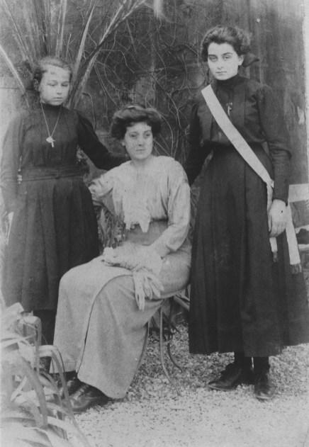 Marinette, Geneviève (Mme Gonzague Séjournée) et Marcelle (Mme Henri Caire) Abeille - Collection Mireille Caire