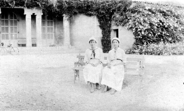 Suzanne et Ginette [Fabre] - Devant le château