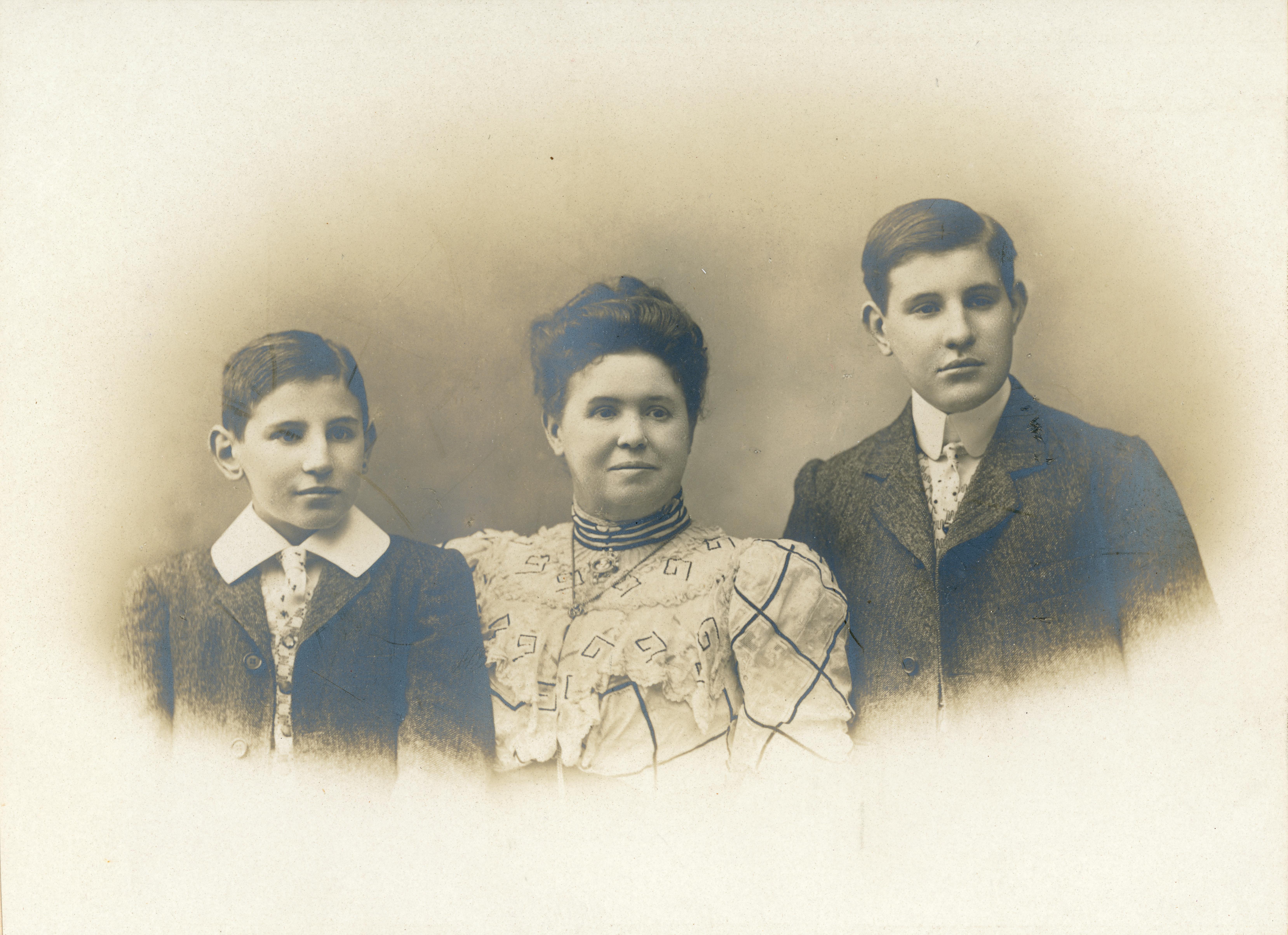 Louise Chancel (Mme Raphael Blanchard) et ses fils Henri et Camille - 21 novembre 1906 - 15 ans d'Henry Blanchard