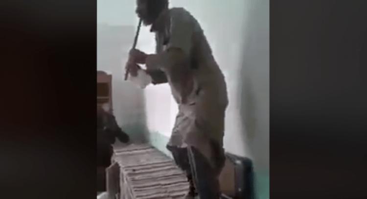 """""""زوربا السوري"""" يرقص على أطلال منزله المنهوب"""