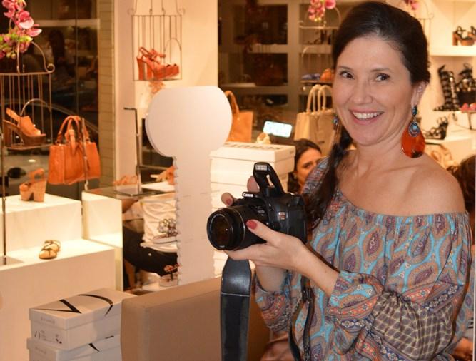 Alessandra Nogueira clicando as amigas na festa da Cash