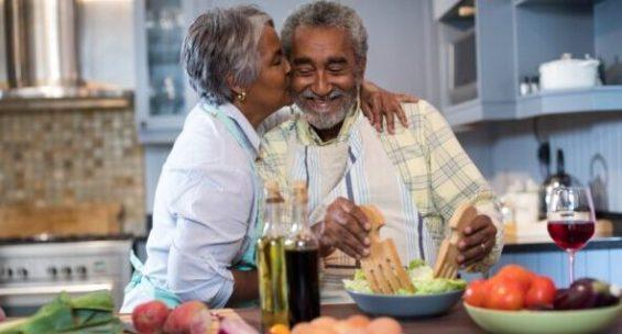 idosos-cozinhando