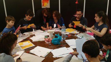 niños y adultos en taller de creativa Barcelona 2016