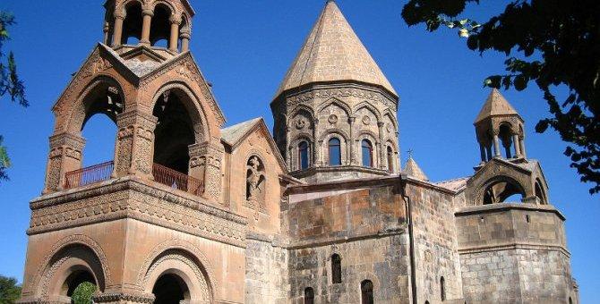 Ечмијадзинска катедрала, мајка-црква Јерменске апостолске цркве и седиште њеног поглавара. Подигнута је 301. године, а садашња грађевина датира са краја V века