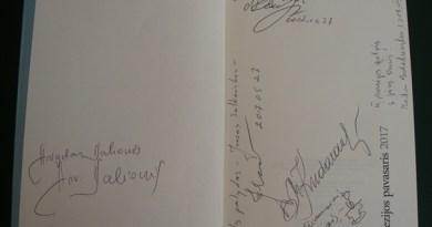 """Svečių autografai """"Poezijos pavasario 2017"""" almanache"""