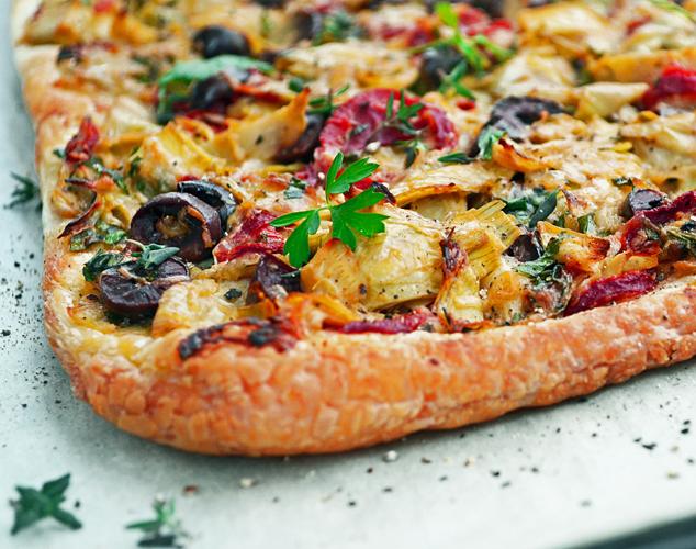 Tarte Feuilletée aux Artichauts, Poivrons, Olives et Parmesan