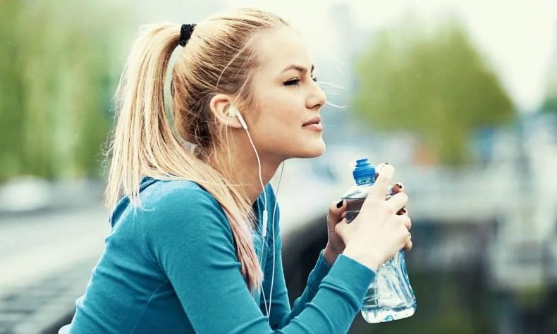 Sportliche junge Frau sieht in die Ferne.