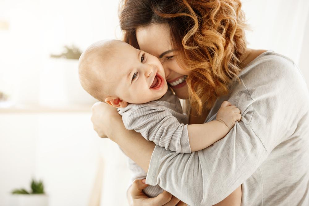Naurava äiti ja lapsi