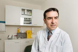 Retrato corporativo de un doctor en su consulta hecho por Raúl Mellado - fotografía publicitaria y corporativa