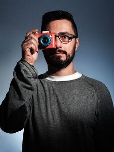 Raúl Mellado jugando a hacer fotografía publicitaria y corporativa con una cámara de fotos de juguete