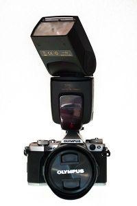 Flash montado en la cámara para iluminar con luz lateral rebotada tu foto de perfil profesional