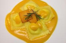 ravioli de salmón con salsa de naranja