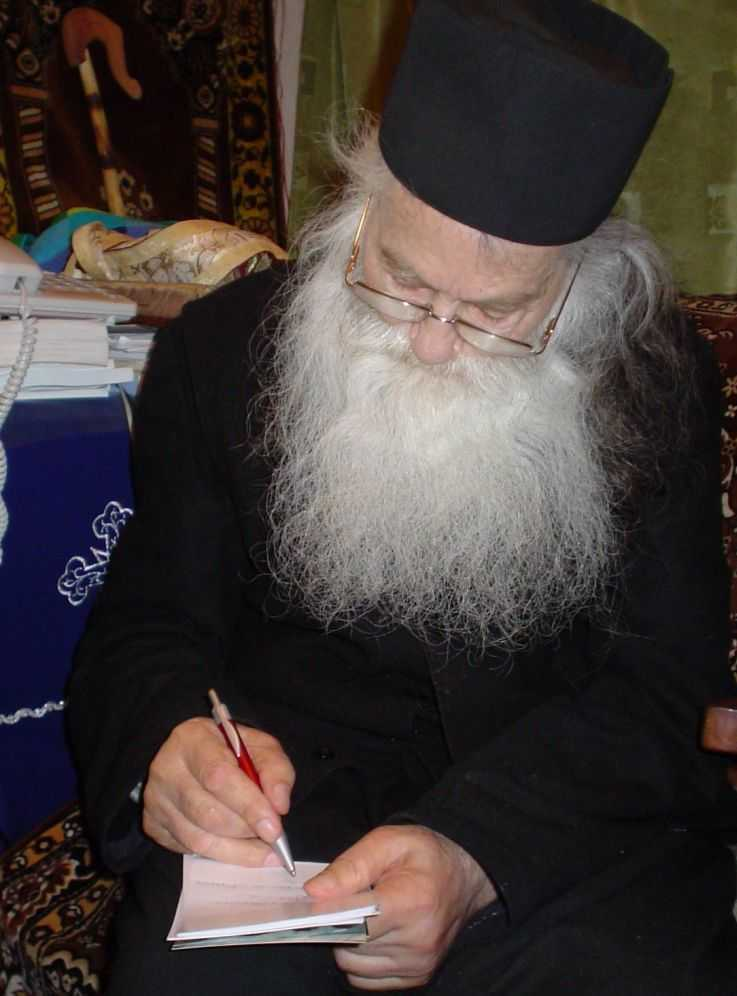 parintele-iustin-parvu-scriind-pomelnic