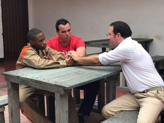 """El día en que el exarquero Alexis Viera perdonó en la cárcel a su agresor, quien le propinó dos disparos por robarle en Cali. Esta escena se vio en la sección """"Valientes""""."""