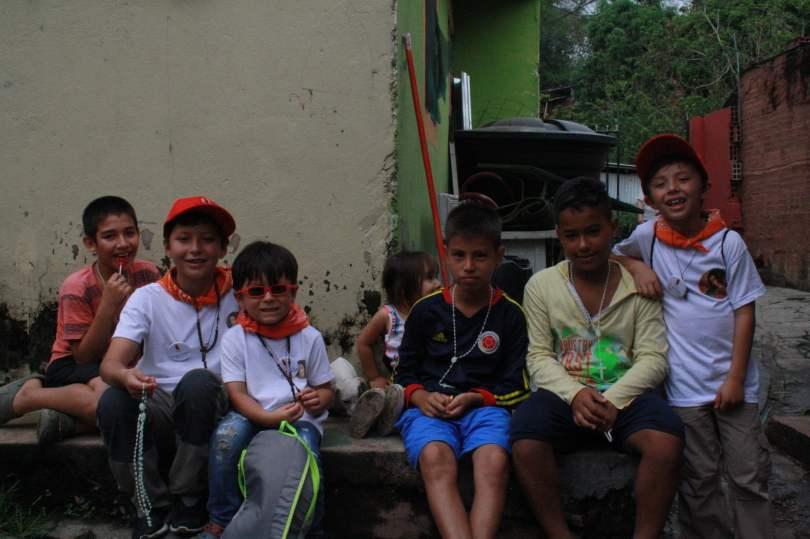 Niños misioneros compartiendo con niños de Viotá.