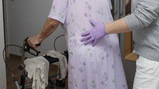 Ambulanter Pflegedienst bei einer Patientin in ihrer Wohnung (Quelle: imago/epd)