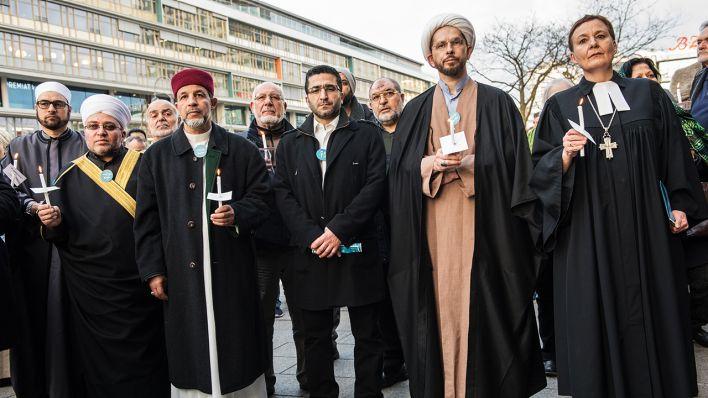 Vertreter verschiedener Religionen stehen am 16.03.2017 in Berlin auf dem Breitscheidplatz an der Gedenkstätte für die Opfer des Terroranschlages. (Quelle: dpa/Paul Zinken)