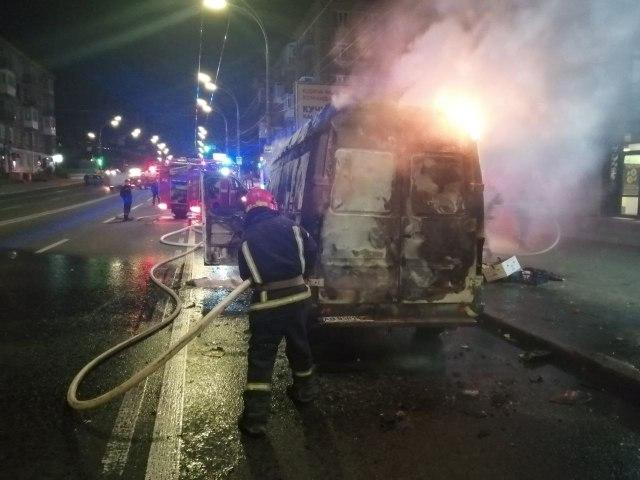 В Киеве на ходу загорелся автомобиль: впечатляющие снимки попали в сеть