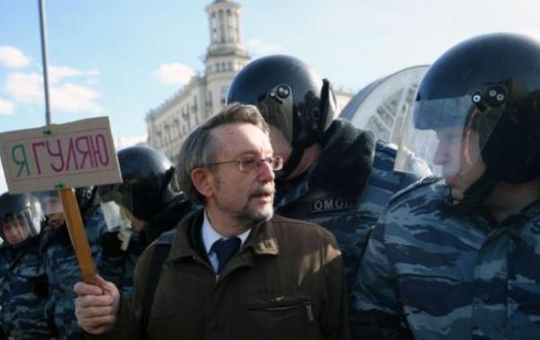 В сети появилось фото, как на митинге в России полиция ...
