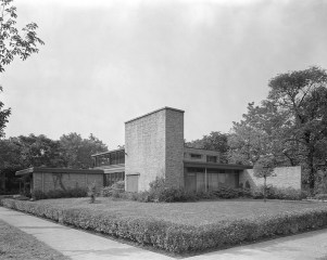 """Sleek in the suburbs: Among the homes highlighted in """"Modern in the Middle"""" is the Lucile Gottschalk and Aaron Heimbach House designed by Bertrand Goldberg. (Photo courtesy Chicago History Museum, Hedrich-Blessing Collection)"""