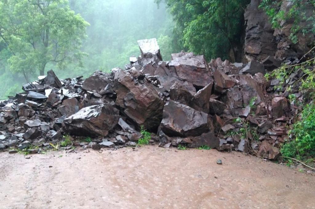 Chuva provocou queda de barreira na ERS-149, entre Nova Palma e Pinhal Grande. Trânsito está completamente interrompido no local.