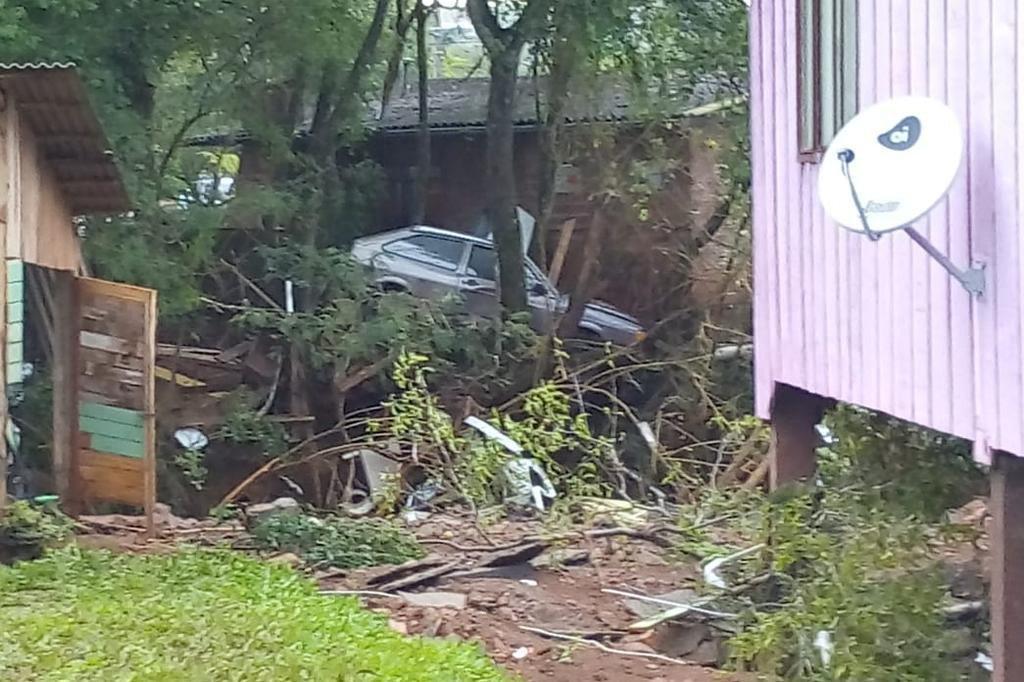 Além de casas, comércios e ruas ficarem alagadas, veículos foram levados pela enxurrada