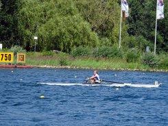 Hannah Herzig kämpft mit den harten Bedingungen auf dem Fühlinger See